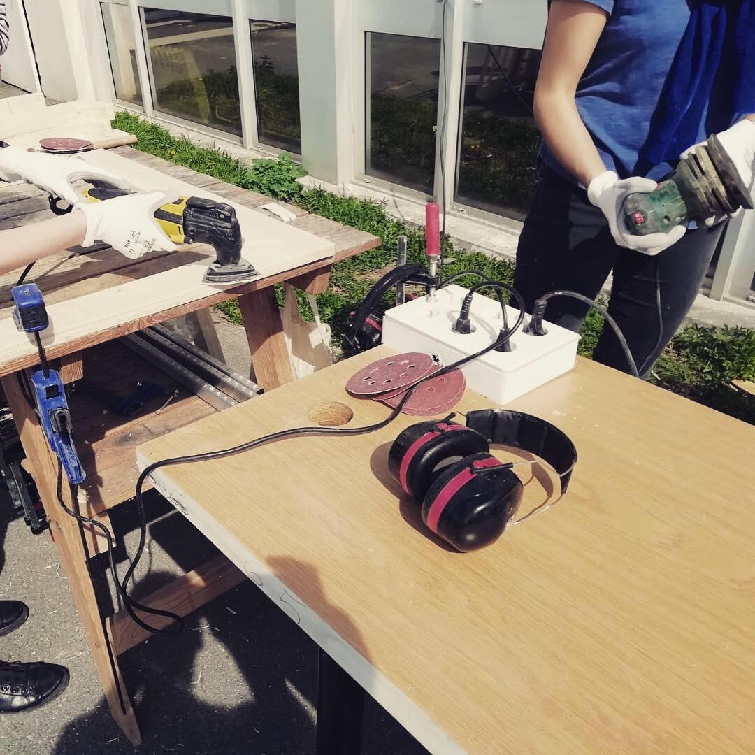 Gros plan sur des outils pendant l'atelier d'upcycling bois