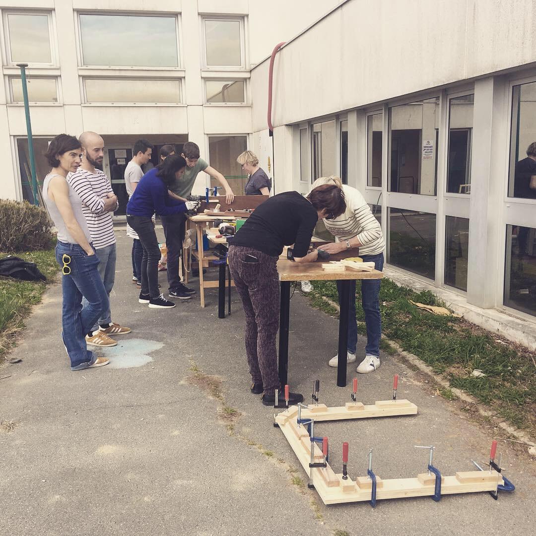 Les participants à l'atelier upcycling bois en pleine activité